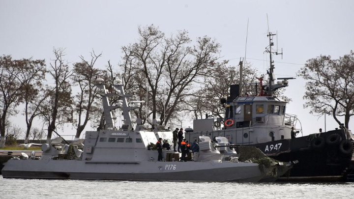Украински боен кораб и влекач на пристанището в Керч, полуостров Крим, след като бяха заловени от руските гранични сили и ескортирани до там през ноември.