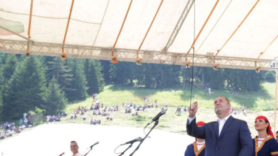 Президентът Румен Радев открива събора.