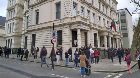Опашката пред сградата на българското посолство в Лондон.