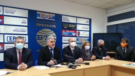 Милен Михов (вторият отляво надясно) ще води листата на ВМРО за парламчентарните избори на 4 април 2021