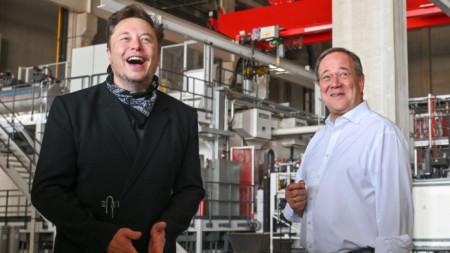 Посещение на Илон Мъск (вляво) и на Армин Лашет (вдясно) в строящата се фабрика на Tesla в Берлин