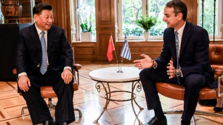 Китайският президент Си Цзинпин с гръцкия премиер Кириакос Мицотакис.