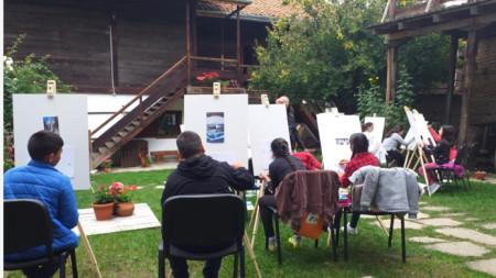 Ученици рисуват в двора на Историческия музей – Разлог