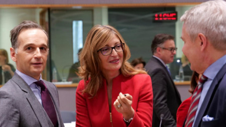 """Хайко Маас (вляво) и Екатерина Захариева на Съвета """"Външни работи"""", който се проведе в Брюксел."""