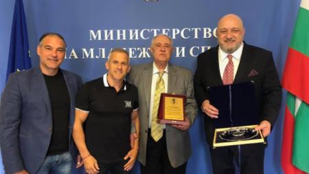 Никола Проданов с плакета от БФГ.