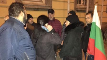Представители на десните политически партии в Бургас протестираха срещу гласуваните промени от Правната комисия в парламента в Изборния кодекс.