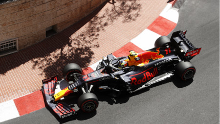 Серхио Перес прави завой по улиците на Монте Карло.