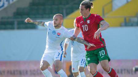Краев (вдясно) се бори за топката със словака Вайс.