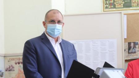 """Президентът Румен Радев гласува в Професионална гимназия по транспорт """"Макгахан"""""""