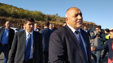 Министър-председателят Бойко Борисов, финансовият министър Владислав Горанов и вицепремиерът Красимир Каракачанов во време на инспекцията на новия участък от магистрала