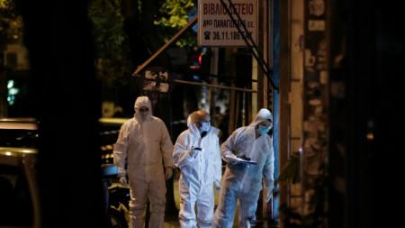 """Криминалисти събират доказателства след стрелба по централата на партията ПАСОК в Атина през 2017 г., като се смята, че """"Революционна защита"""" е отговорна за атаката."""