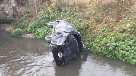 Шофьорът на лек автомобил загубил контрол над управлението на колата и след десен завой излязъл от пътя и се преобърнал в реката.