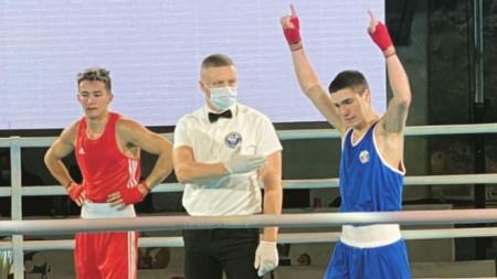 Радослав Росенов (в син екип) отказа съперника си.