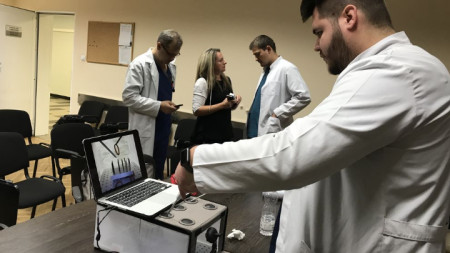 С апарата младите специалисти ще могат да упражняват и развиват уменията си.