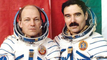 Николай Рукавишников и Георги Иванов (вдясно) преди излитането на Союз-33 през 1979 година.