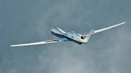 Дронът MQ-4C Triton е с дължина 14,5 м и има размах на крилете почти 40 метра.