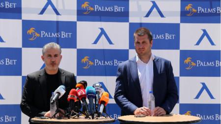 Павел Колев и Лъчезар Петров след подписването на спонсорския договор.