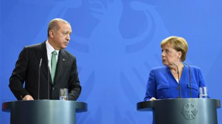 Ангела Меркел и Реджеп Ердоган при една от срещите им. Днес те обсъдиха ситуацията в Сирия по телефона.