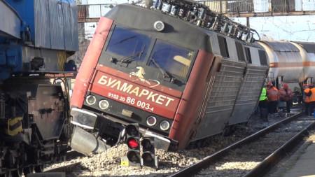 """Товарен влак с цистерни с пропан-бутан на """"Булмаркет"""" дерайлира в района на Централна гара-Пловдив заради неизправна стрелка."""