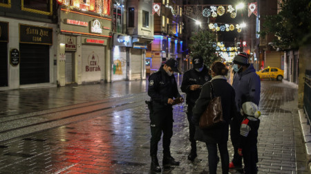 Проверка на документи по време на вечерен час в Истанбул, 21 ноември 2020 г.