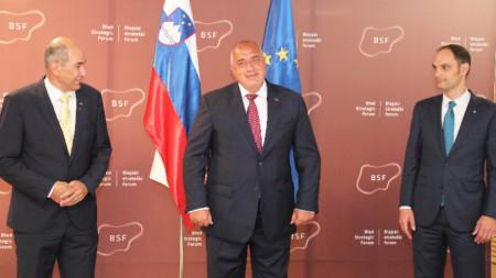 Борисов беше посрещнат на форума от министъра на външните работи на Словения Анже Логар (вдясно). Вляво e словенският премиер Янез Янша.