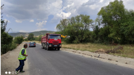 АПИ ремонтира 4 км отсечка от разклона за Белица до общинския център