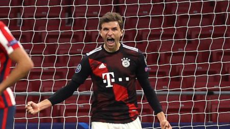 Томас Мюлер се радва, след като вкара дузпата срещу Атлетико.