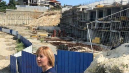 Maya Manólova junto a la controvertida obra de construcción en la playa de Alepu