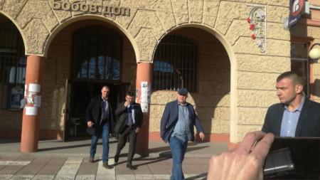 Иван Гешев и Младен Маринов излизат от общината на Бобов дол.