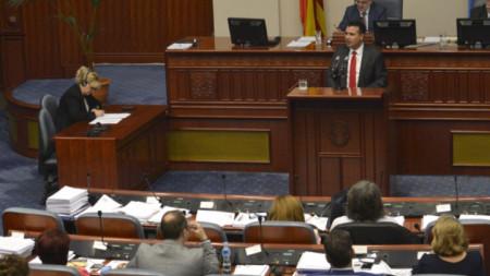 Премиерът на Македония Зоран Заев говори в парламента.