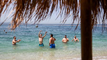 Плажуващи край Атина, 28 юни 2021 г.