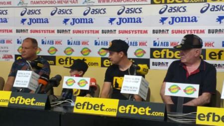 Детелин Далаклиев (в средата) открива залата в събота.