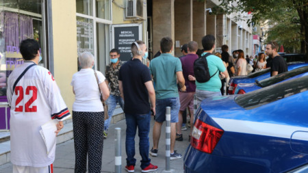 Заради подновените опашки гишетата за смяна на личните документи в София са с удължено работно време.