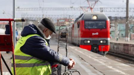 Служител на влаковата спирка