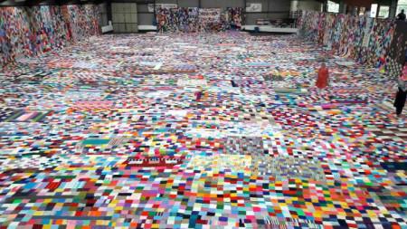 Изложбена зала в ирландския гр. Енис се оказва малка, за да бъде разгънато изцяло одеяло.