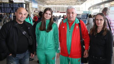 Мария Делчева с треньора си Слънчезар Цанков и родителите си при заминаването за Аржентина.