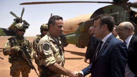 Президентът на Франция Еманюел Макрон по време на посещение в базата на френския контингент в Гао, Североизточно Мали през май 2017