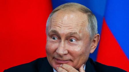 Владимир Путин по време на пресконференция със Си Цзинпин във Владивосток