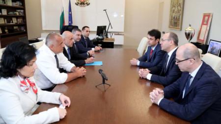 Бойко Борисов и членове на правителството на среща с бизнесмени, разработили нова онлайн платформа за резервации.
