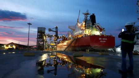 Кораб със соя на пристанището в Паранагуа, Бразилия - 9 декември 2020