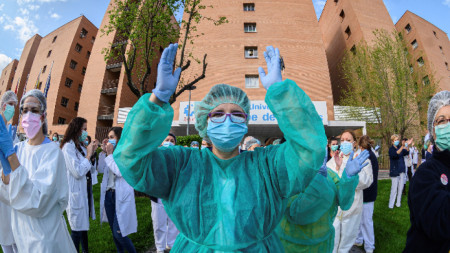 Медици аплодират служители на чистотата край Мадрид. 8 април 2020 г.