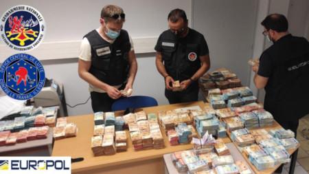 От престъпната група са конфискувани пари в различна валута, часовници и бижута за над 2 млн. евро.