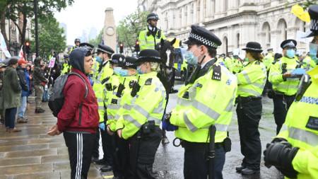 Антилокдаун протест в Лондон завърши с трима ранени полицаи и 14 арестувани граждани