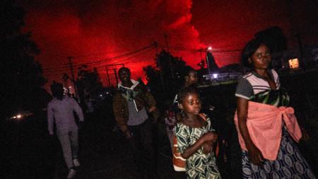 Жители на Гома напускат града заради изригналия вулкан Нирагонго.