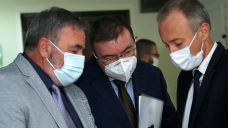 Министърът на здравеопазването проф. Костадин Ангелов, министърът на образованието Красимир Вълчев и главният държавен здравен инспектор доц. Ангел Кунчев дадоха брифинг за разпространението на Covid-19 у нас.