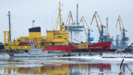 Пристанището на Мариупол, северното крайбрежие на Азовско море