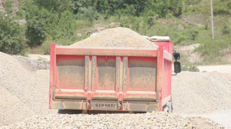 Жителите са недоволни от ежедневното преминаване на тежкотоварни камиони с инертни материали над допустимите 20 тона.