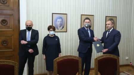 Президентът Румен Радев връчи проучвателния мандат на номинирания за премиер от най-голямата парламентарна група Даниел Митов.