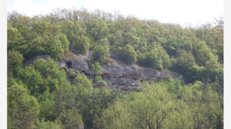 скален манастир в местността Алботин