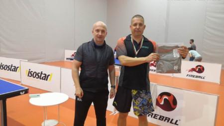 Директорът на веригата Цветомир Цонев (вляво) с шампиона Драгомир Драганов.